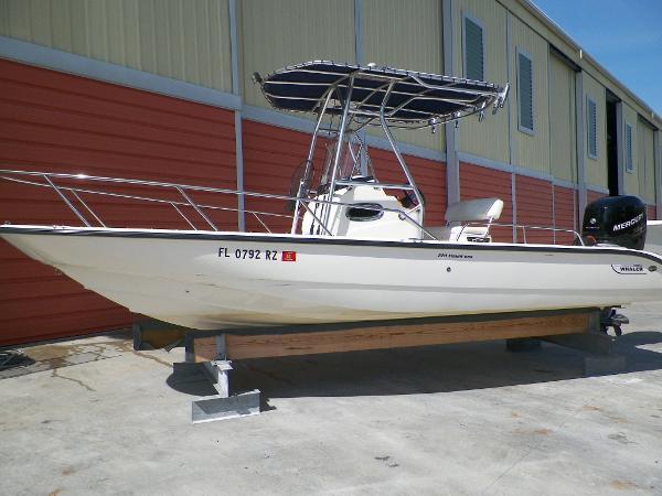2007 Boston Whaler 220 Dauntless