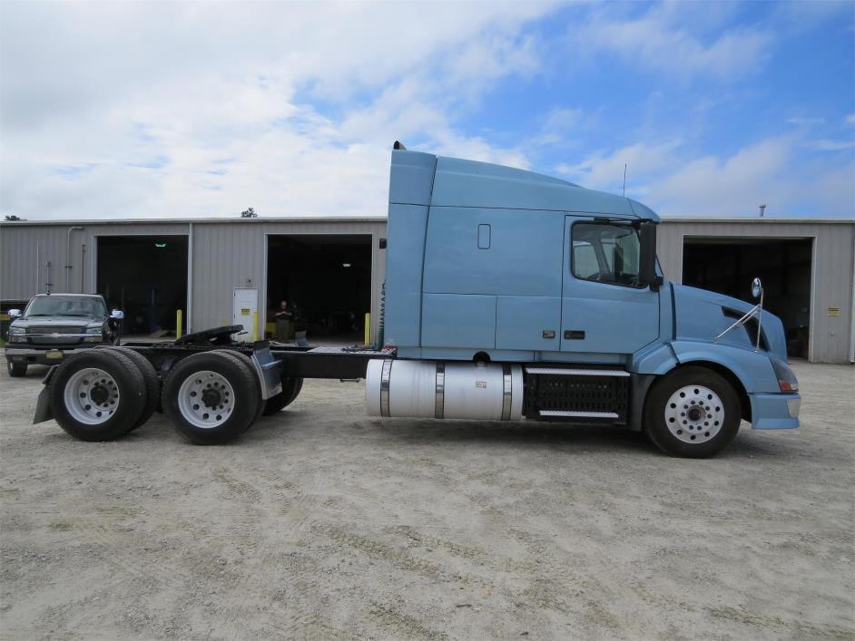 2011 Volvo Vnl64t630  Conventional - Sleeper Truck
