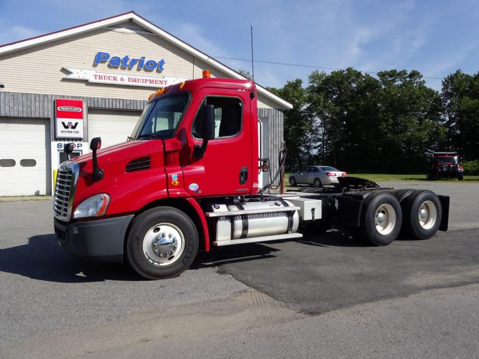 2012 Freightliner Ca113dc  Conventional - Day Cab