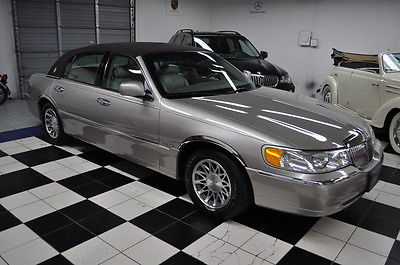 Lincoln : Town Car Carfax Certified. Only 67,000 Miles FLORIDA GARAGED - LOW MILES - CERTIFIED CARFAX - AMAZING CONDITION!!