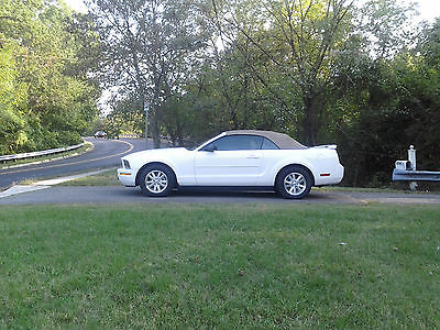 Ford : Mustang Deluxe 2006 ford mustang convertible only 38 000 miles