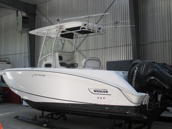 2007 Boston Whaler 24 Outrage