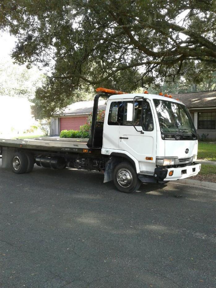 2004 Ud Trucks 2000  Rollback Tow Truck