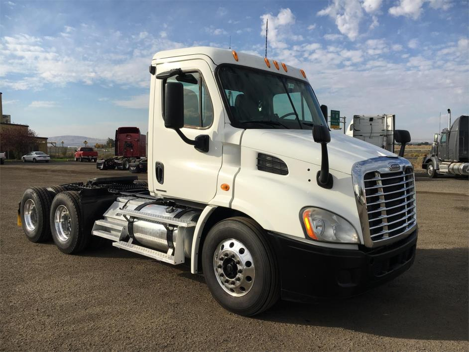 2010 Freightliner Cascadia 113 Conventional - Day Cab