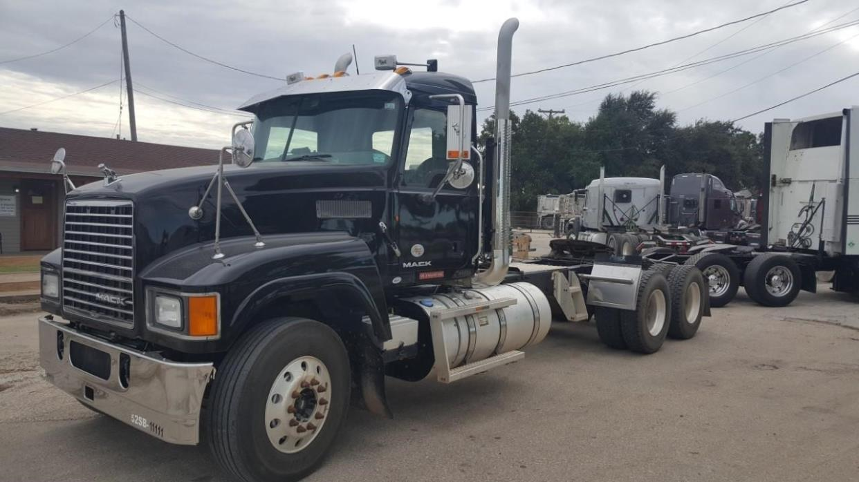 2011 Mack Pinnacle Chu613  Conventional - Day Cab