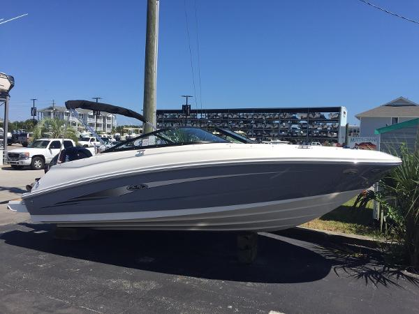 2017 Sea Ray 220 Sundeck Outboard