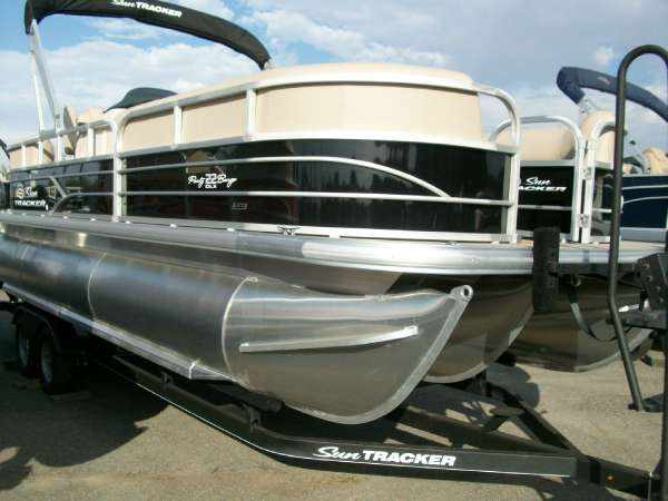 2017 Sun Tracker Party Barge 22 DLX LP3