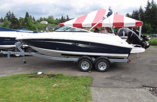 2016 Sea Ray 220 Sundeck Outboard